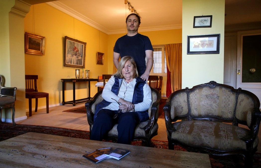 賈利亞(後)為了生計必須離開母親和家鄉,前往義大利工作。(路透)