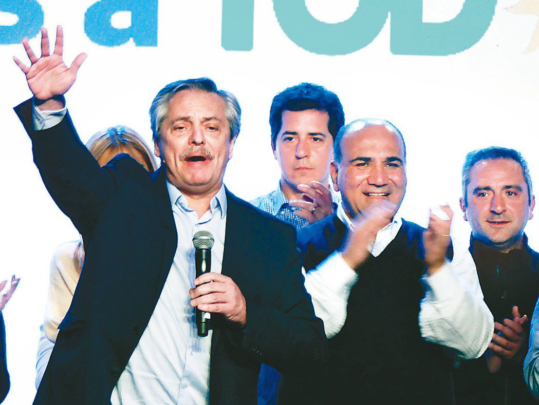 阿根廷總統初選,在野黨挑戰者艾柏托.費南德茲(左)大幅領先。(歐新社)