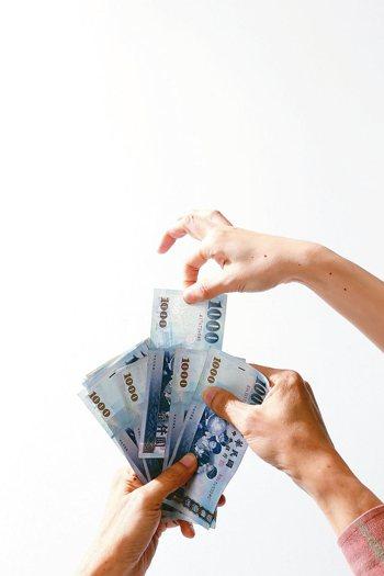 資金趨保守,債券商品夯,國內投信發行ETF,亦出現8月「債進股出」現象。 (本報...