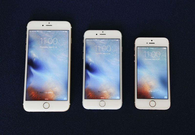 iPhone 6S Plus(左)和6S(中),螢幕僅4吋的SE(右)。美聯社