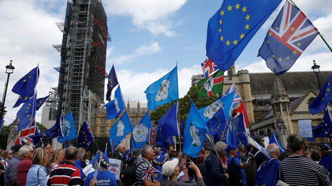 反對英國脫歐的群眾3日在倫敦街頭示威遊行。圖/路透