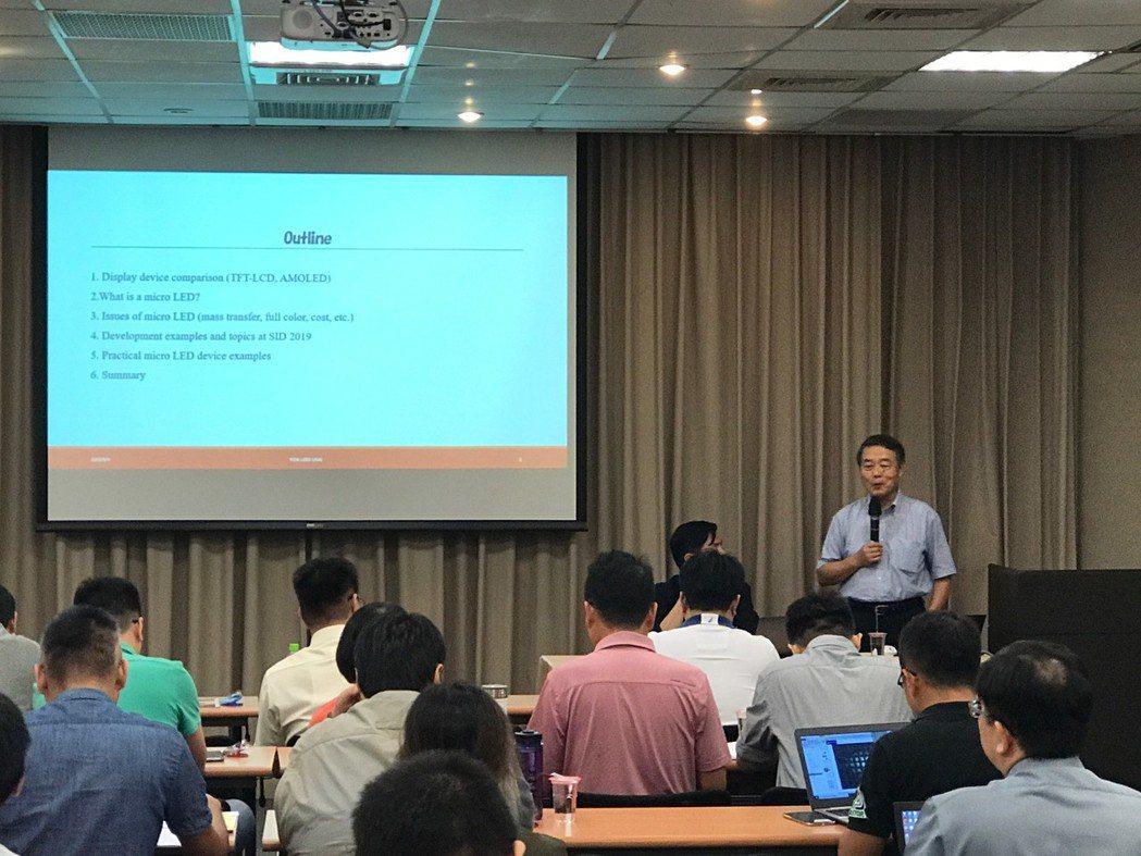 鵜飼育弘博士(前右立者)進行專題講座。工程中心/提供