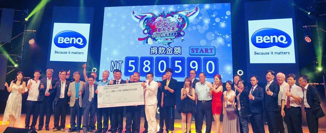 電器公會理事長廖全平(左八)與各捐助募款人合影,將募款捐贈給小腦萎縮症協會。 電...