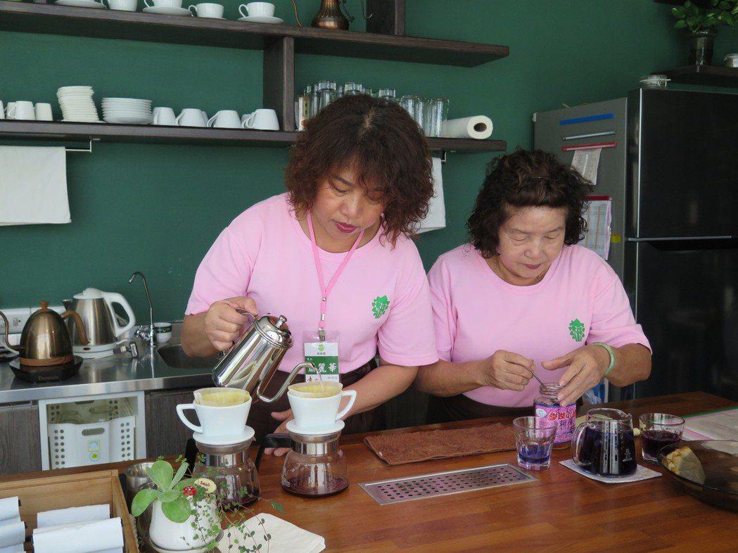 透過職務再設計,童庭基金會使銀髮志工得以勝任咖啡廳的日常工作,在咖啡香與麵包香中...