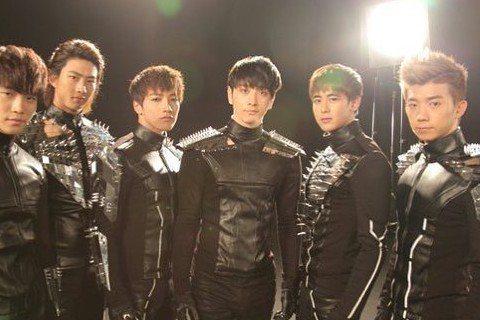 南韓人氣男團2PM已出道11年,成員坤尼3日突然在社群網站上曬出2PM全體成員,日前退伍的玉澤演留著短髮曝光,就連今年5月入伍當兵的俊昊也現身,讓粉絲們相當驚喜!坤尼在IG上寫著:「和這些朋友們在一...