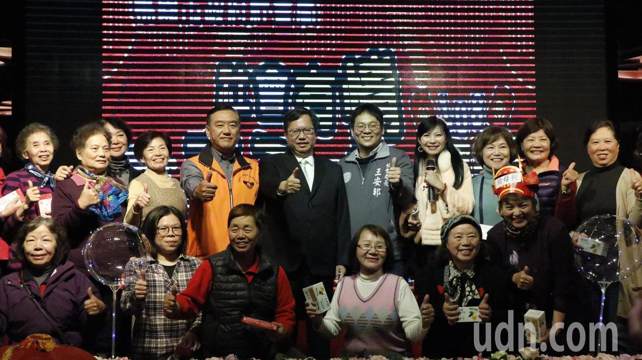 桃園市長鄭文燦出席社會局志工感恩餐會,鄭文燦說,他到每個地方,一定會先跟志工打招...