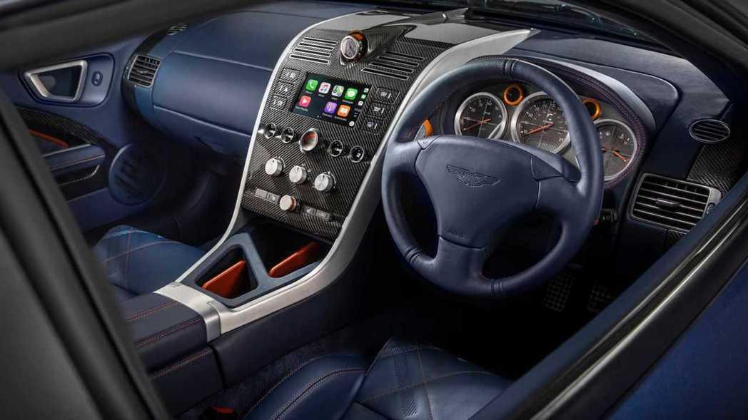 Vanquish 25在內裝部分也全都重新設計,並加入了現代化的車載娛樂系統。 ...