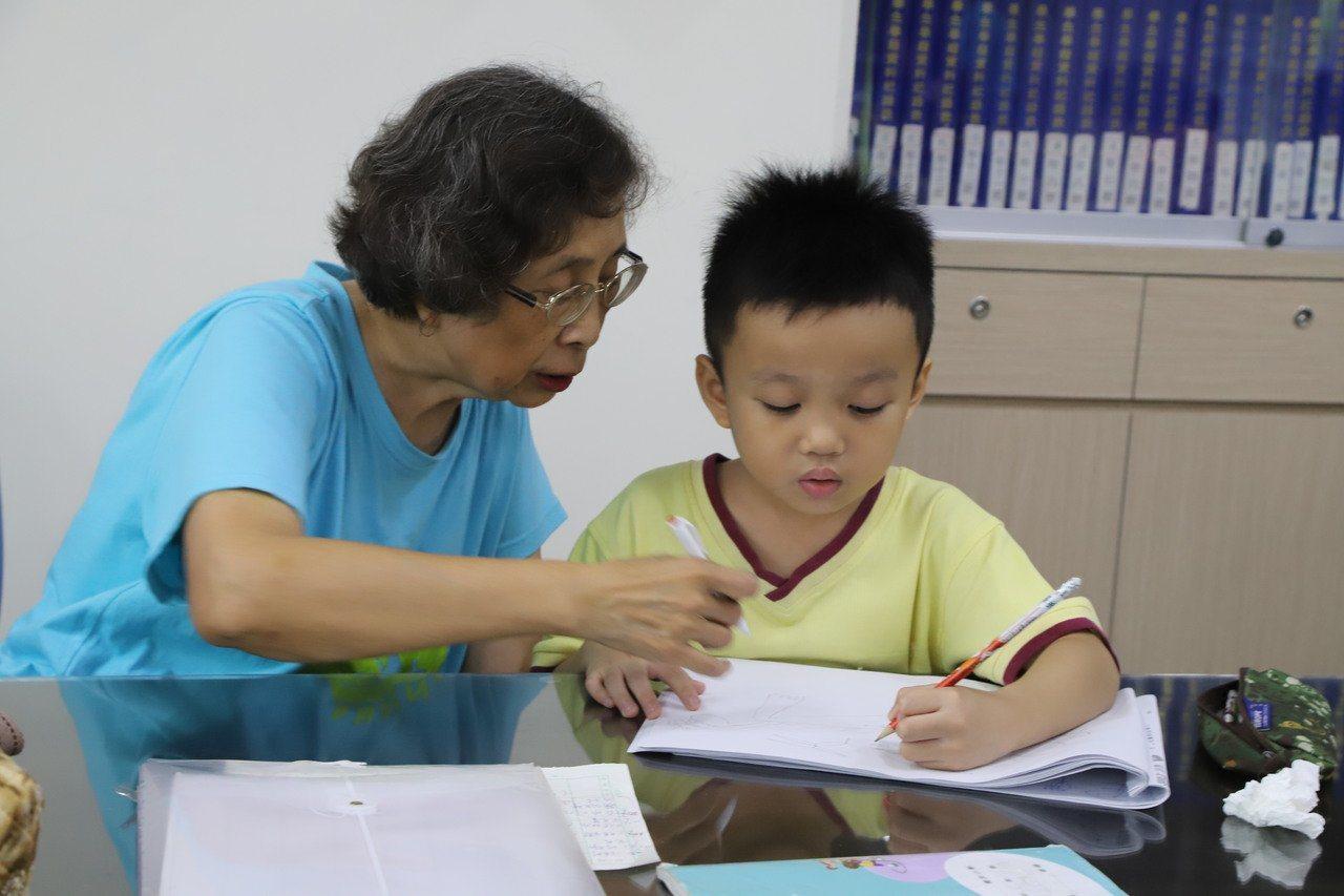 新北市安坑國小老師鍾珀珠自6年前退休至今,仍堅持在學校擔任志工,輔導課業落後的學...