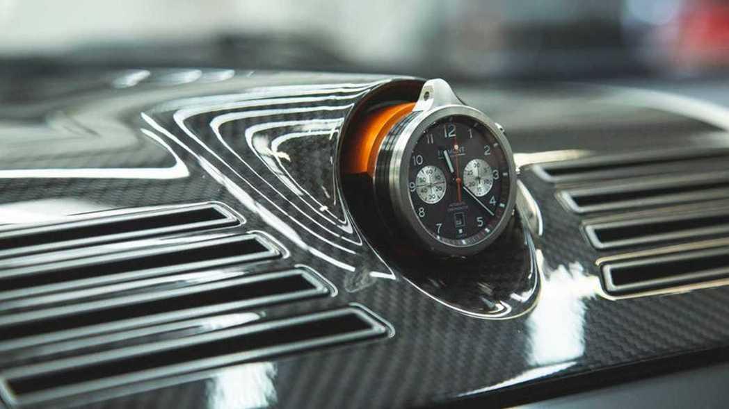中控台上方鑲嵌一顆可拆卸的Bremont懷錶。 摘自R-Reforged