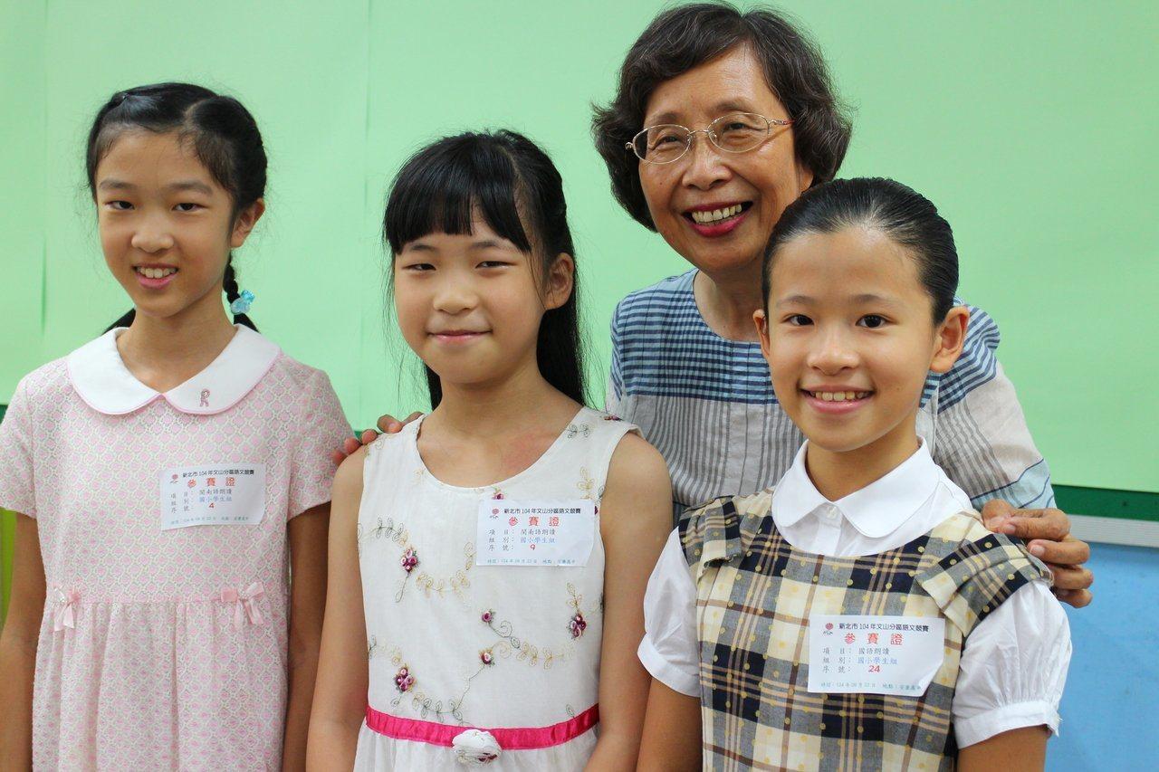 鍾珀珠退休後仍在安坑國小擔任志工,平時除了指導學生參加閩南語朗讀競賽外,每周也會...