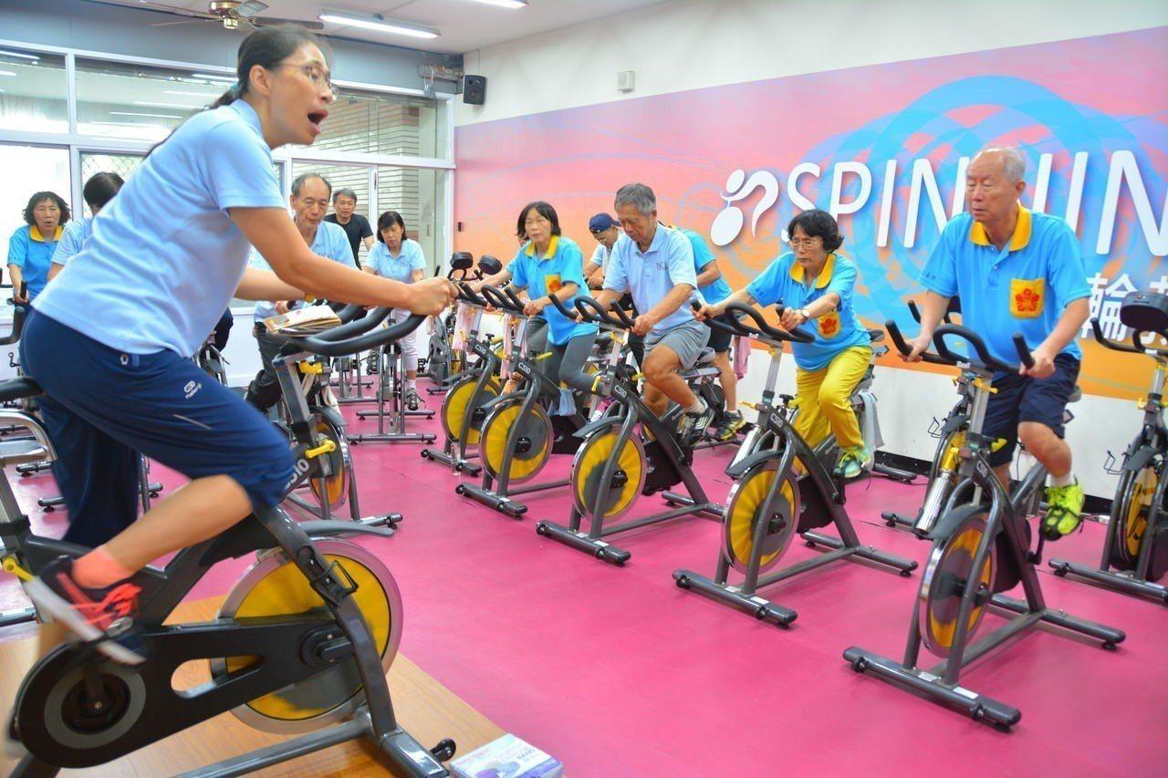 國立成功大學體育健康與休閒研究所教授林麗娟(左)帶領高齡者進行飛輪訓練。 記者吳...