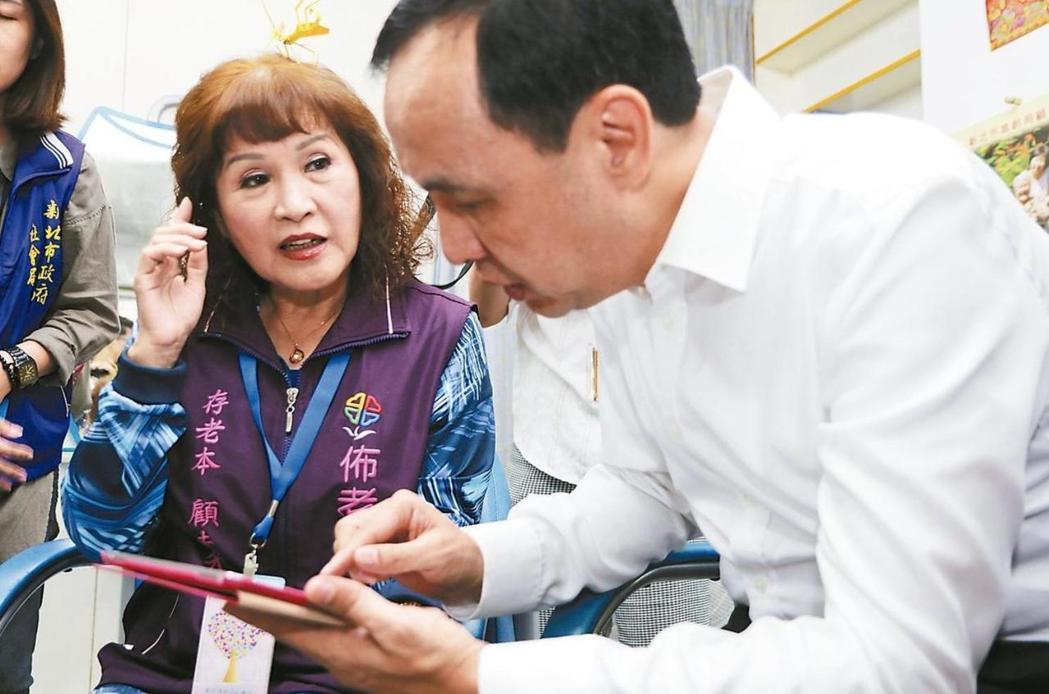 新北市推行4年的佈老時間銀行,劉菊梅(左)累積服務時數超過2759小時,是所有志...