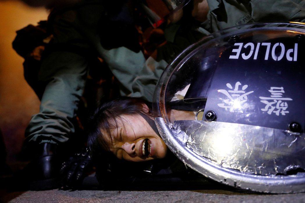 林鄭政府放縱其唯一可以依賴的警隊對市民加以濫打、濫捕、濫告。攝於9月3日。 圖/路透社