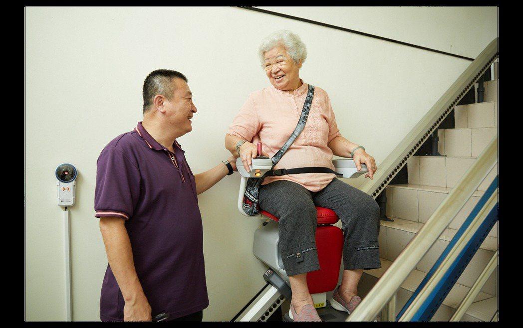 熟齡族腿力不如以往,樓梯型升降椅可讓長者保有生活品質。  圖/王奎元攝