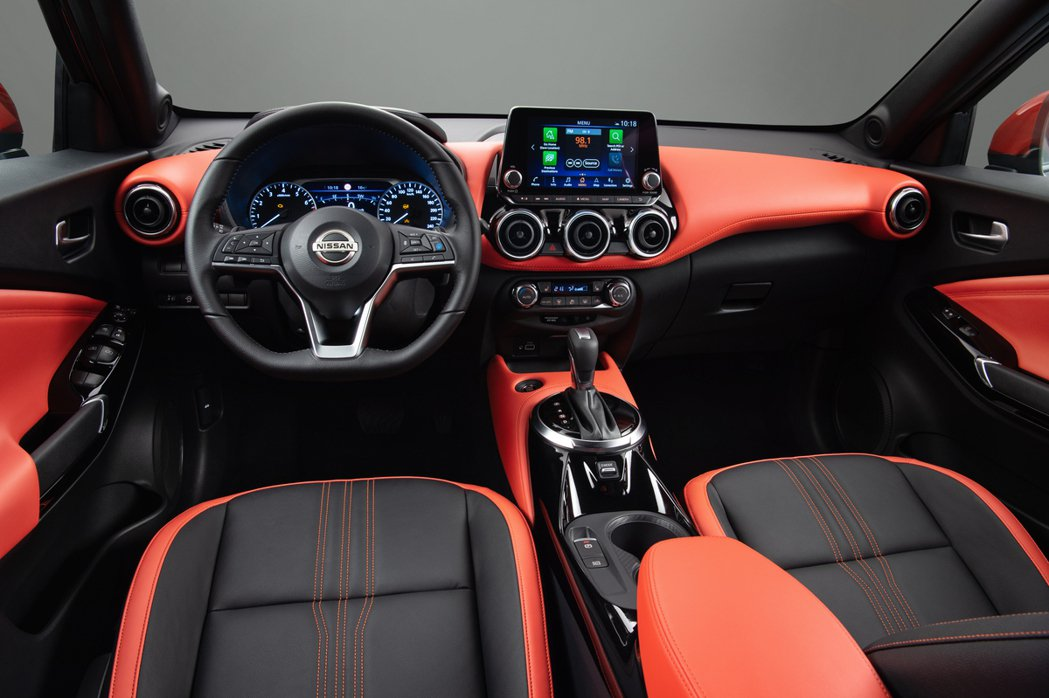 第二代Nissan Juke內裝設計變得更為青春活潑。 摘自Nissan
