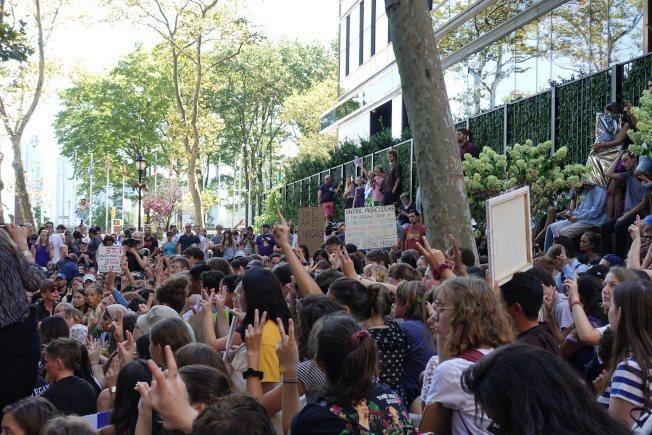 桑柏格與數百名學生參加示威。記者金春香/攝影