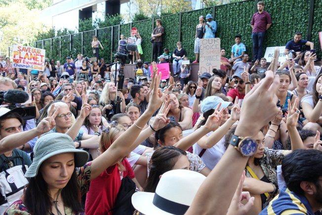 示威學生做出「Peace」手勢十分鐘。記者金春香/攝影
