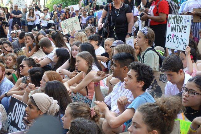桑柏格(圖中綁辮子少女)與數百名學生參加示威。記者金春香/攝影