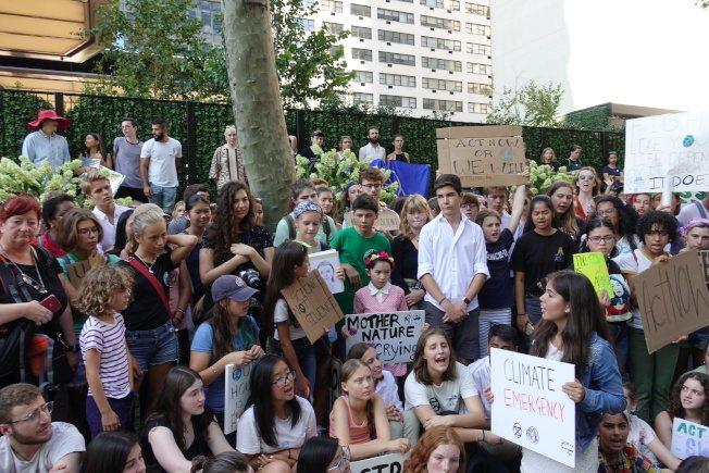 桑柏格(圖前排中綁辮子少女)與數百名學生參加示威。記者金春香/攝影