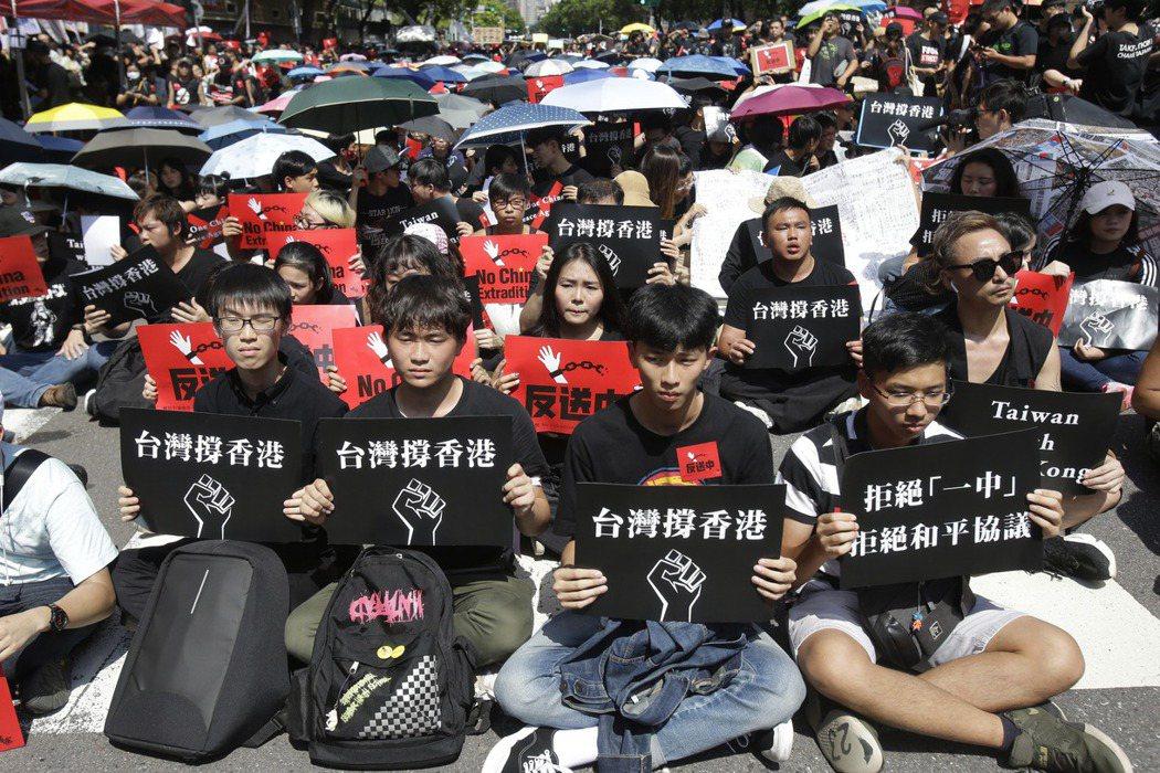 6月16日,近萬人聚集立法院前,手舉標語,聲援香港。 圖/美聯社