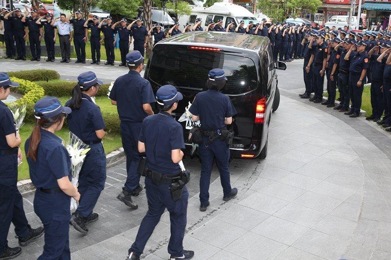 新北市汐止警分局一名員警追車殉職,上月29日家屬移靈接大體,警方在分局列隊高喊「任務結束」。 圖/聯合報資料照