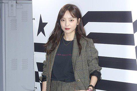 韓國人氣女子演唱組合KARA成員出身的歌手具荷拉將於今年11月在日本發行新單曲。4日,日本媒體報導稱:「歌手具荷拉將於11月13日發行新單曲《Midnight Queen》,以此開始新的徵程。」據悉...