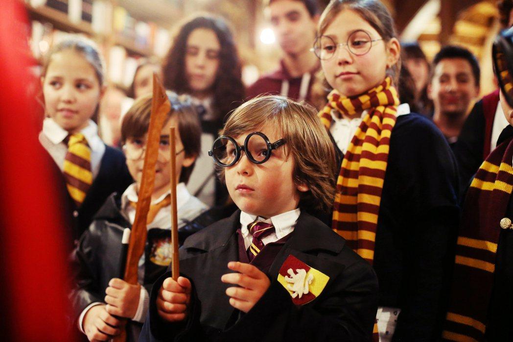 《哈利波特》自1997年第一集《神秘的魔法石》出版,便一直受到來自基督宗教、伊斯...