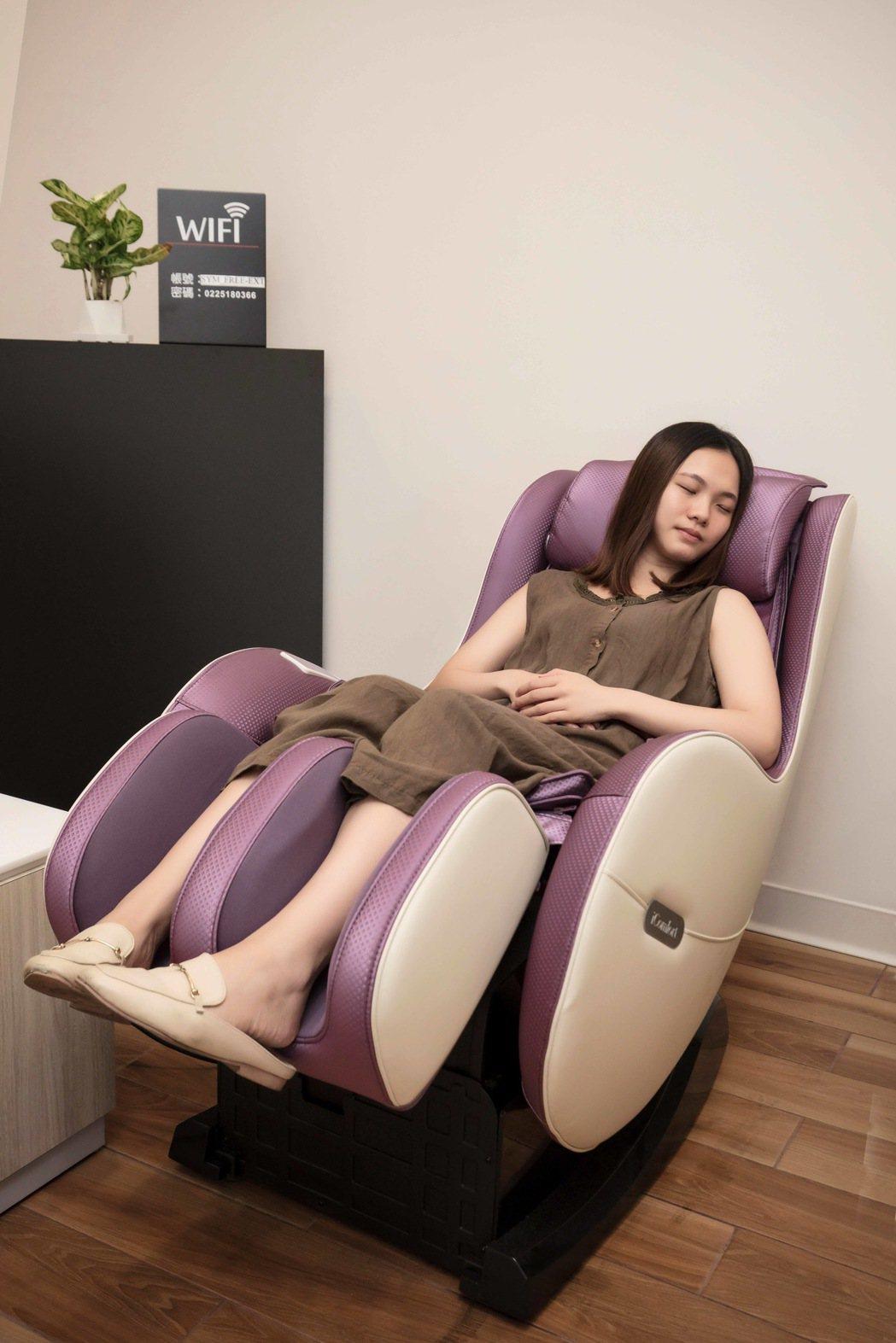 三菱新VI據點設有按摩椅紓解車主疲勞。 圖/中華三菱提供