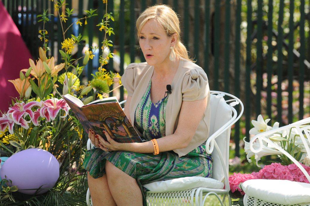 《哈利波特》作者JK羅琳在大學時曾修習過拉丁文,因此在書中的咒語,多數都有拉丁文...