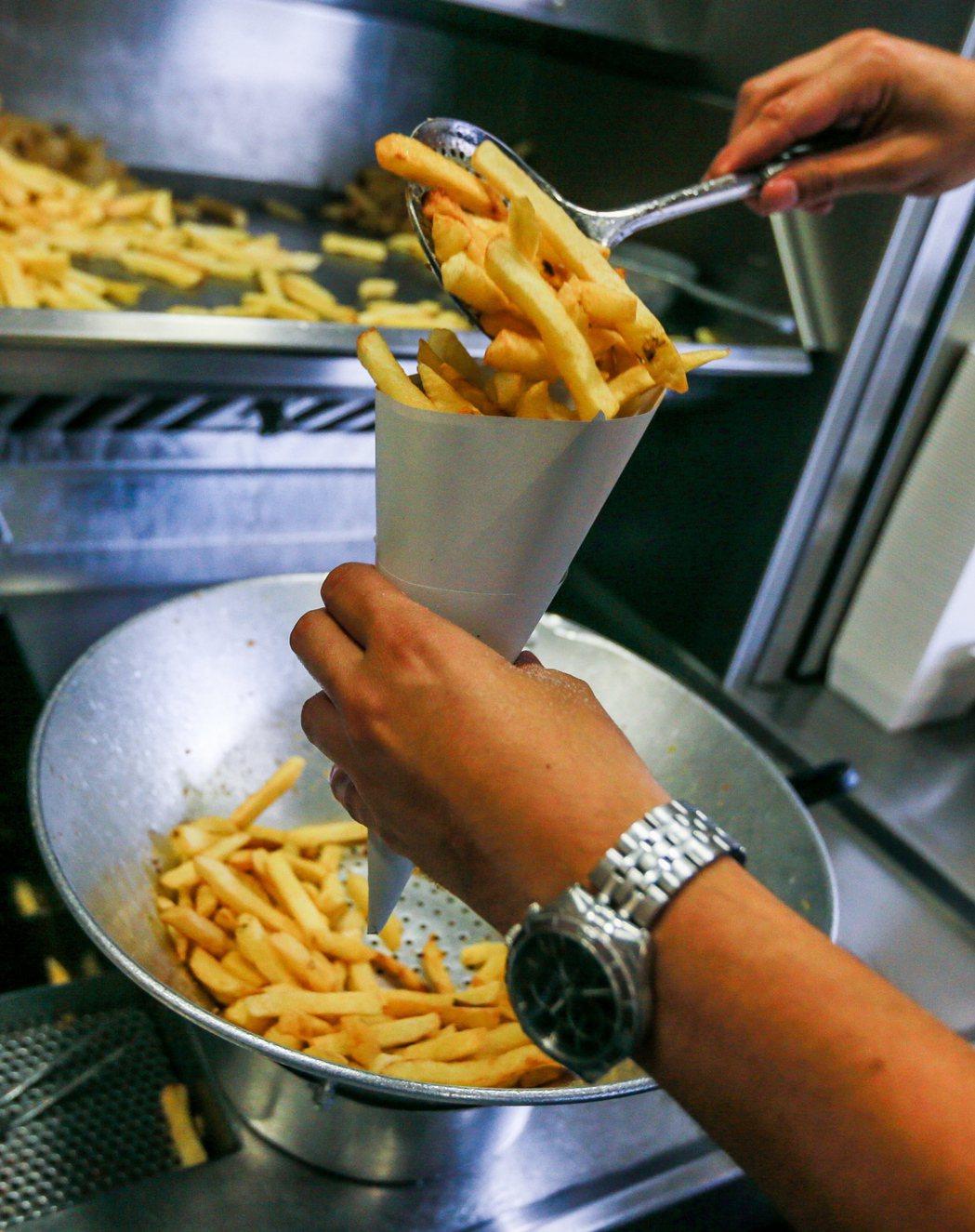 一名青少年長年偏食只吃垃圾食物,造成視神經病變。圖為薯條示意圖。歐新社