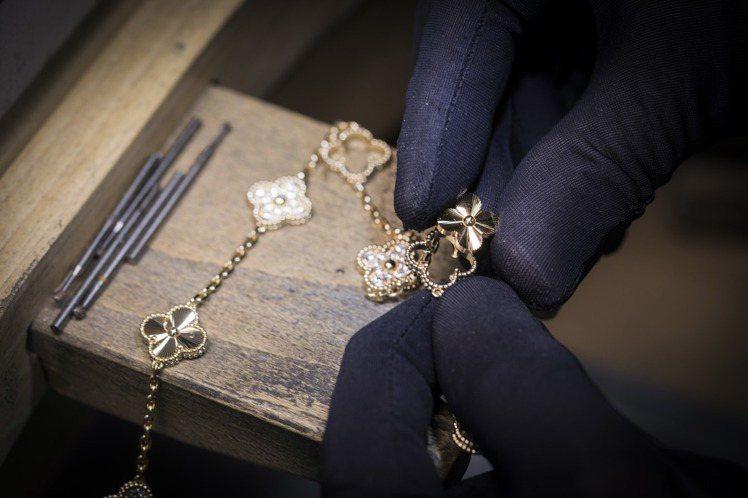 梵克雅寶Alhambra系列璣鏤雕花K金圖騰須逐一鑲嵌。圖/梵克雅寶提供