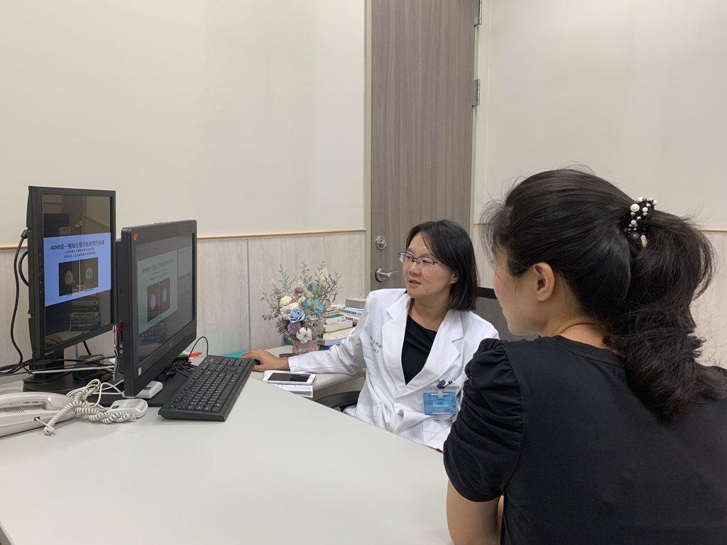 中醫大附設新竹醫院身心醫學科主任王明鈺(左)表示,注意力缺失症屬於腦部神經發展疾...