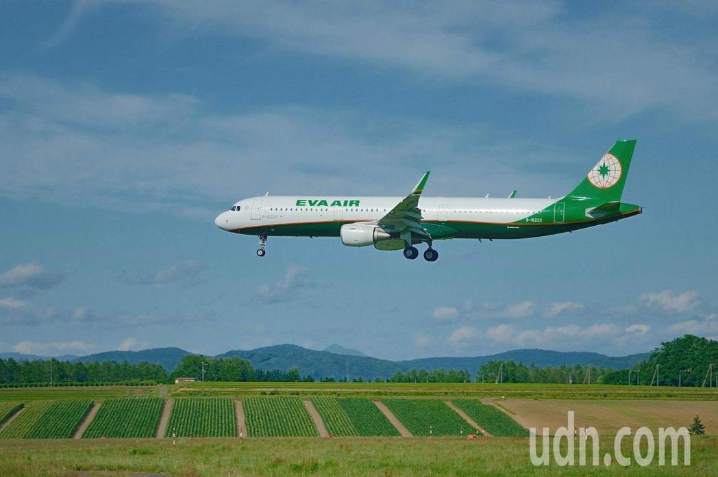 長榮航空4日起開闢桃園往返越南峴港定期包機服務,以空中巴士A321-200機型飛...