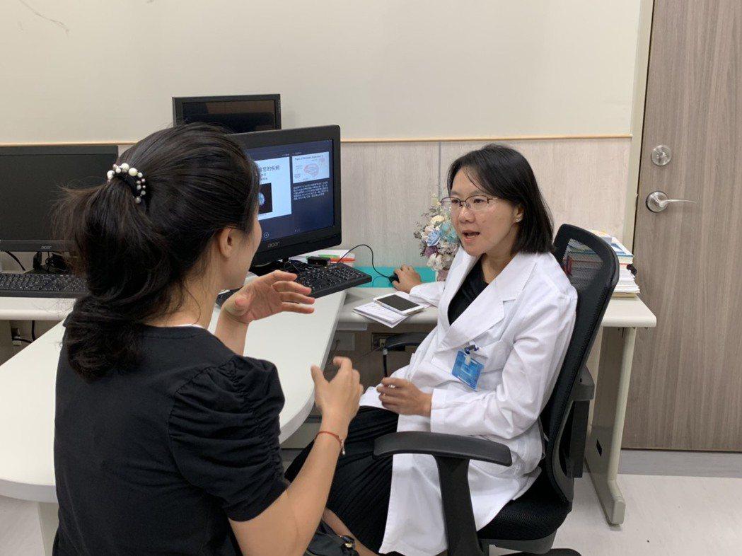 中國醫藥大學新竹附設醫院身心醫學科主任王明鈺(右)表示,張小姐在工作上無法持續專...
