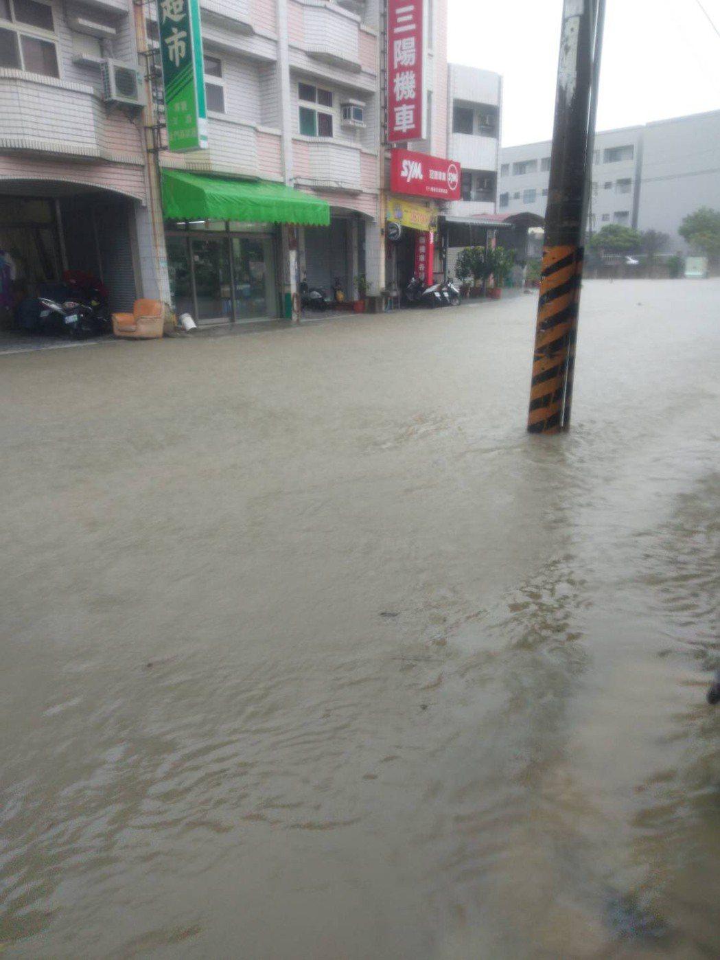 強降雨發威,台南市安南、七股等多處低窪地區因宣洩不及積水,圖為安南區安中路四段2...
