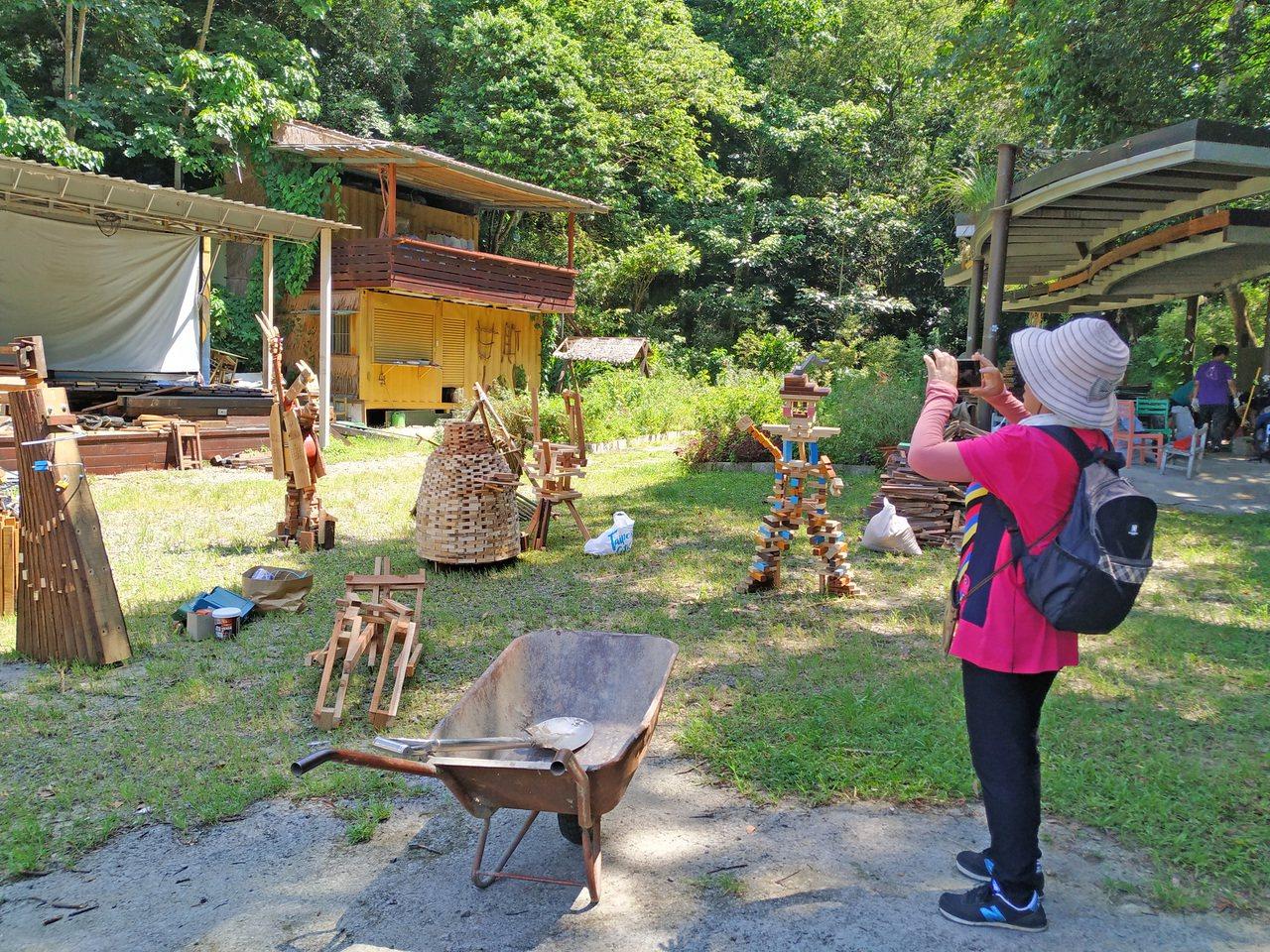 製作過程供也吸引遊客前來拍照詢問。圖/徐健智提供