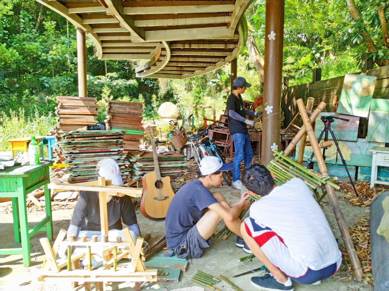 今年暑假一群來自淡江建築系的學生組成團隊《𠈌𠈌 IUIU》到新竹縣峨眉鄉的湖光社...