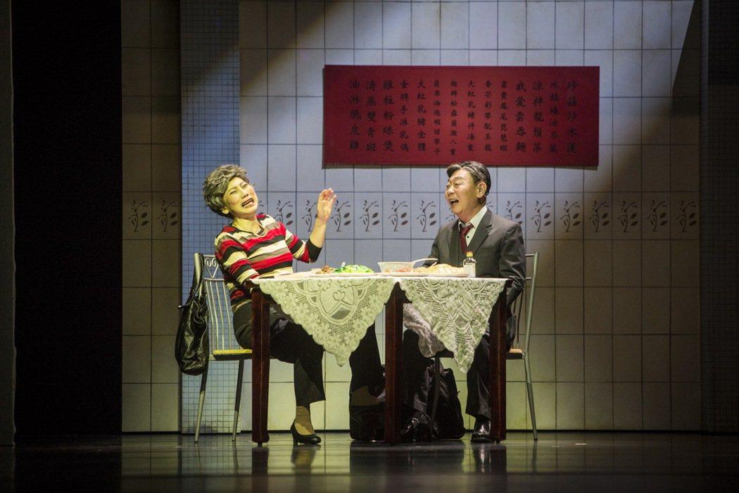 郎祖筠(左)與顧寶明主演的舞台劇「接送情」九月份將加演。圖/果陀劇場提供