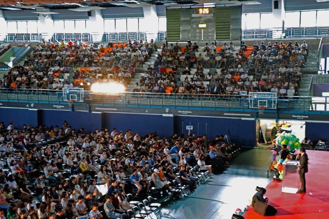 政治大學今天上午舉行108學年度新生訓練,有上千名新生共襄盛舉。圖/政大提供