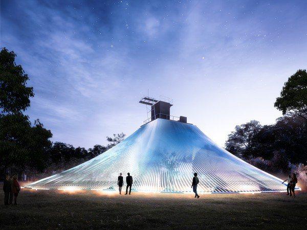 馬岩松設計的《自然舞衣》,為一座高10公尺,長寬分別30公尺的小山丘,遠看像是閃閃發亮的舞衣。圖/桃園地景藝術節提供