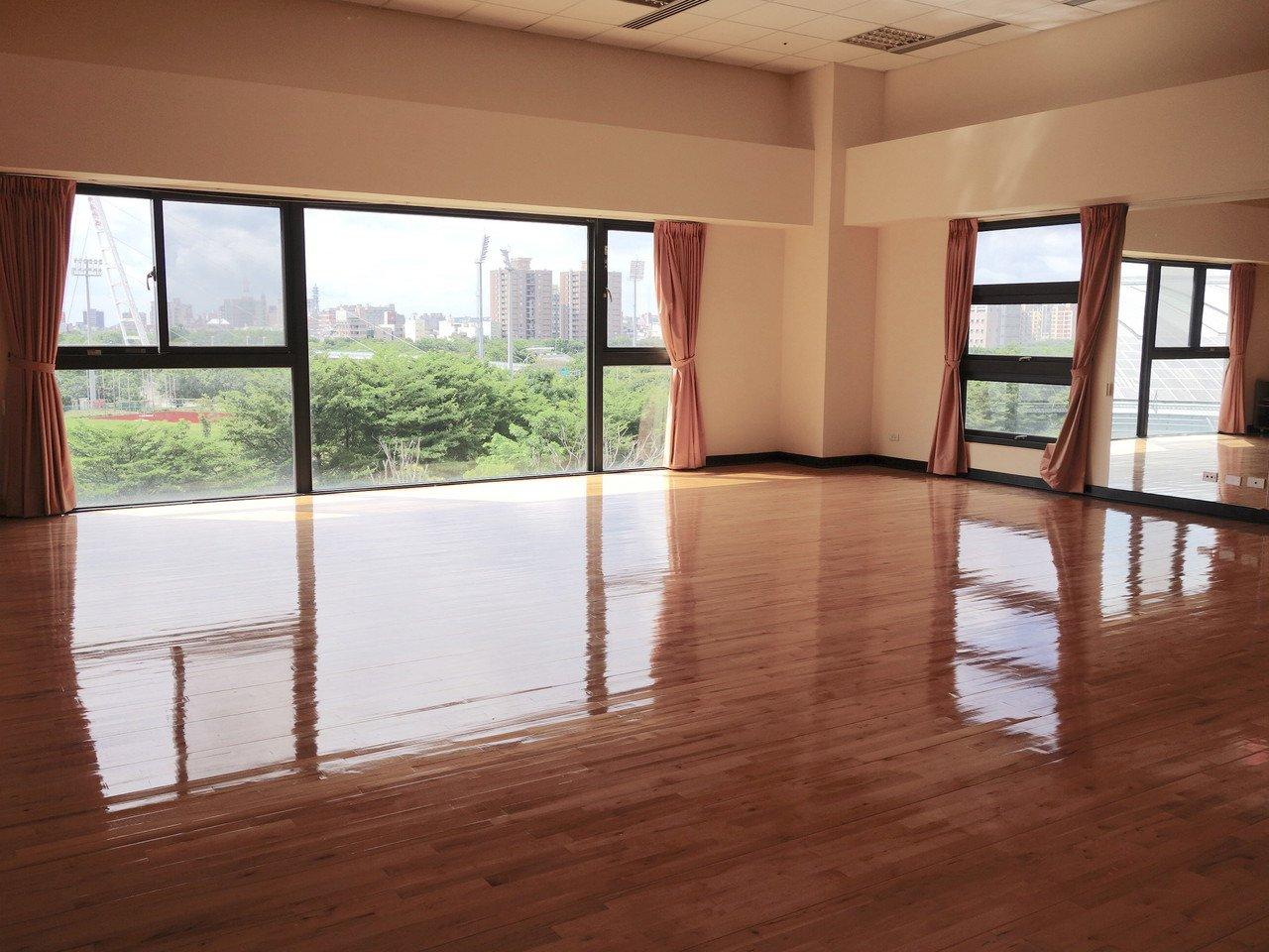 多功能地板教室採大片落地窗,景色優美。記者郭政芬/攝影