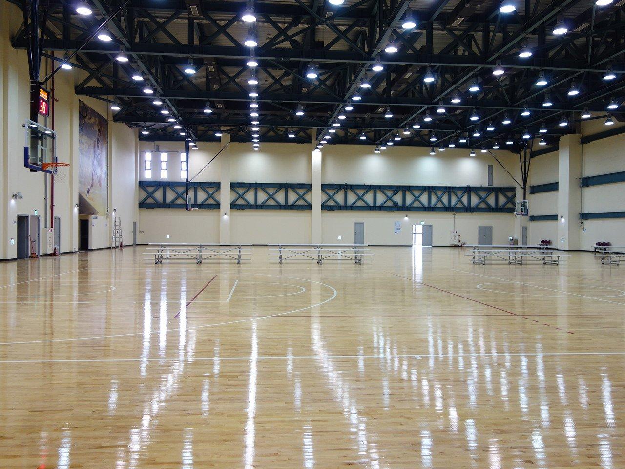 兩座標準籃球場,採用頂級浮式木地板的系統,此設計可有效減少民眾運動傷害的發生。記...