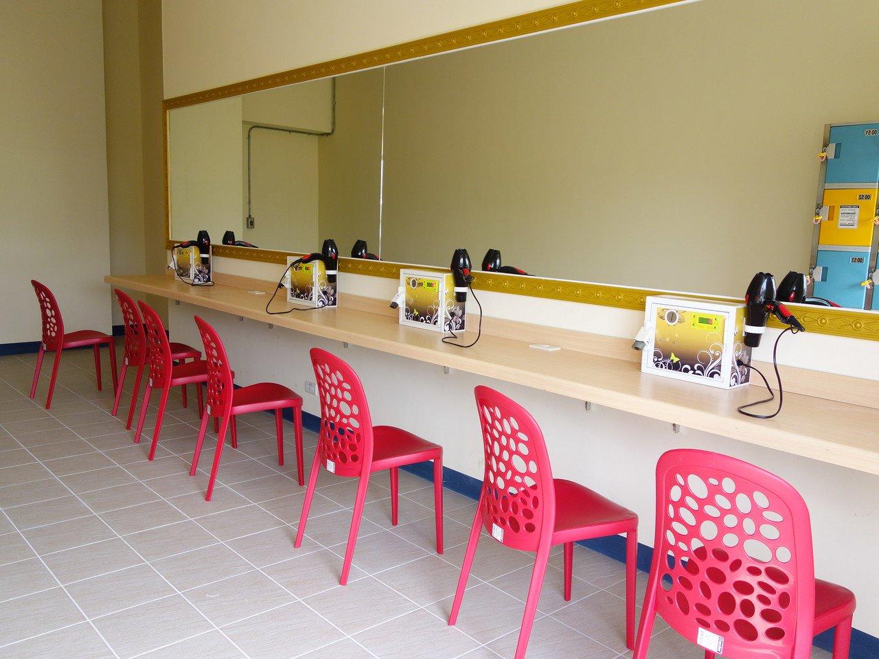 附設置物櫃、淋浴間、哺乳室等設備完善。記者郭政芬/攝影