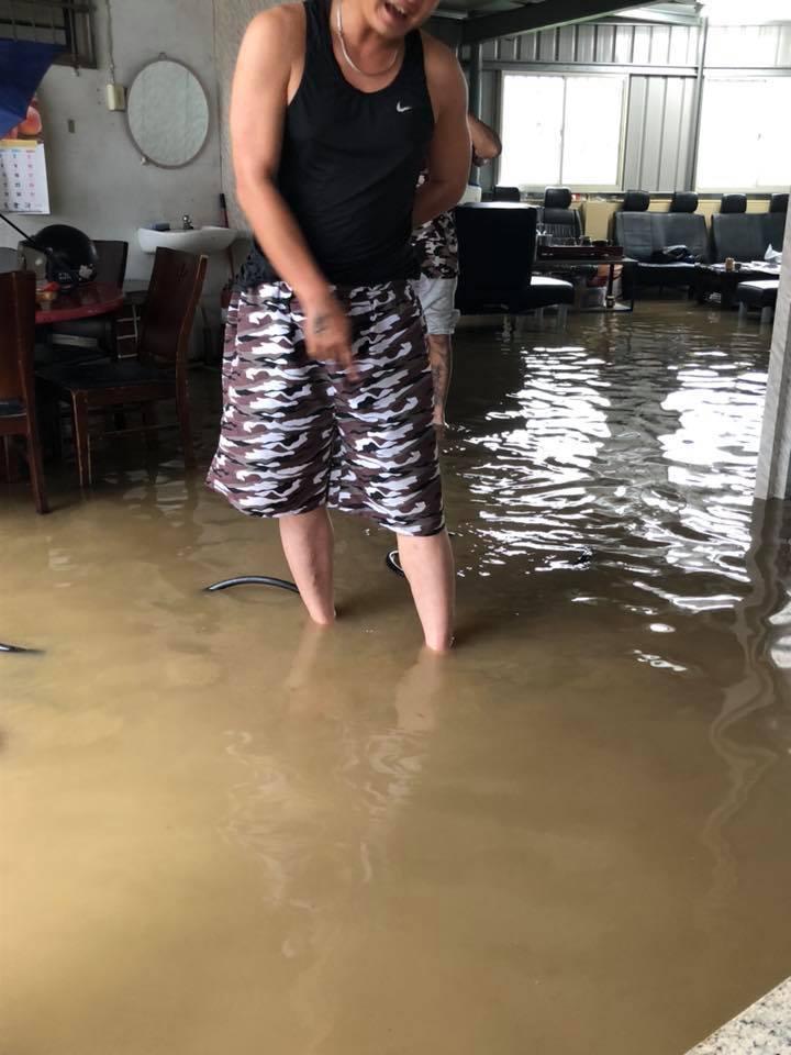 台中市大里樹王里百姓公廟在午后一陣暴雨後,廟內積水。圖/ 樹王里長陳俞樺提供