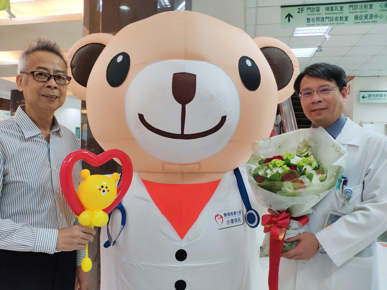 林明福(左)換腎20年,遵照醫囑「贏」回健康 ,當初負責動刀的奇美醫學中心副院長...