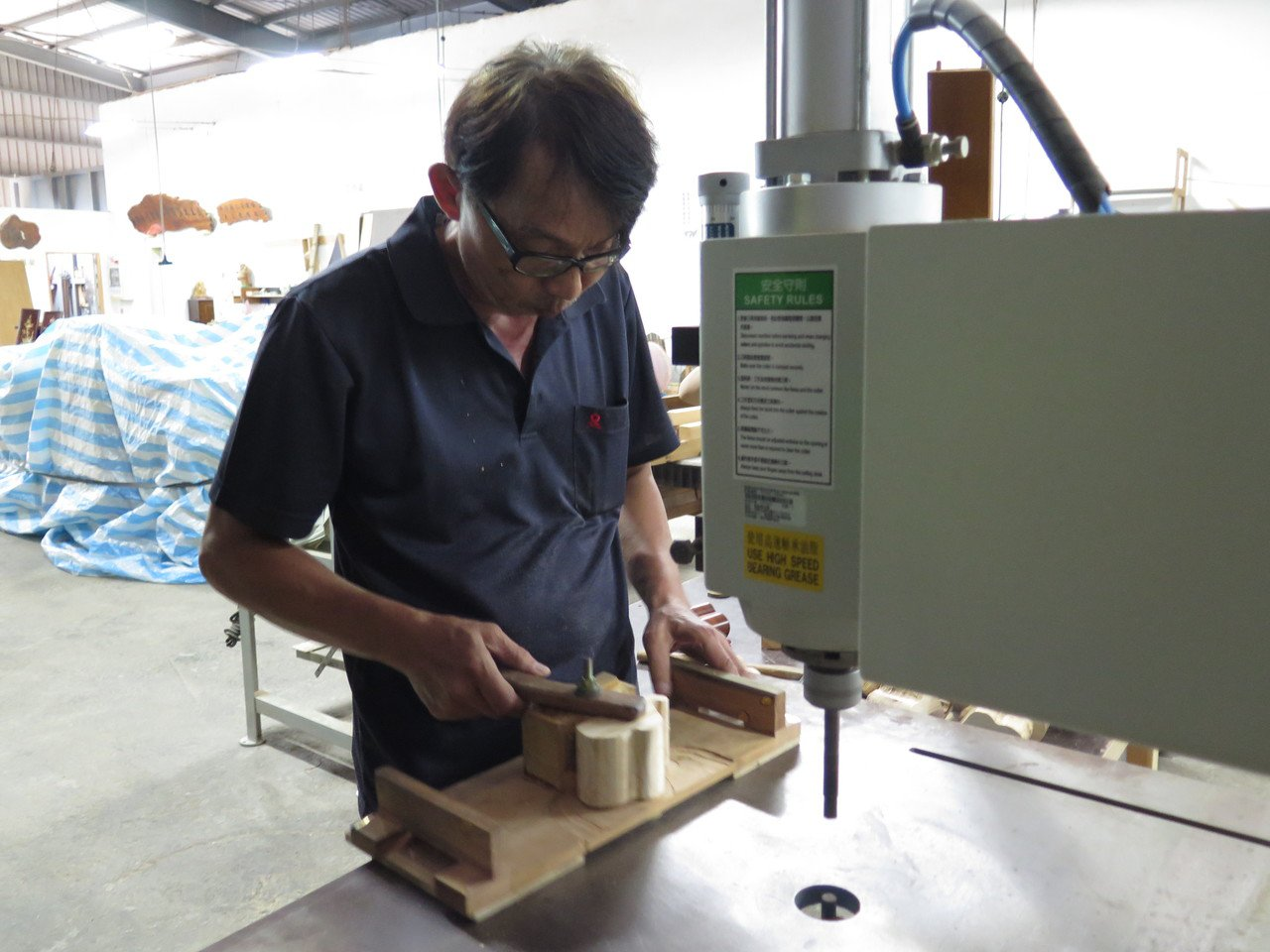 桃仔園修惜站巧思發想製作大象造型的手機架,選用較厚的床板為木材,並拼黏三層木材,...