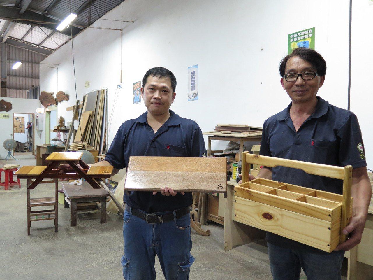 桃仔園修惜站現有3名木工師楊銘福、何敏家(右)、張敬治(左),再生家具全出自他們...