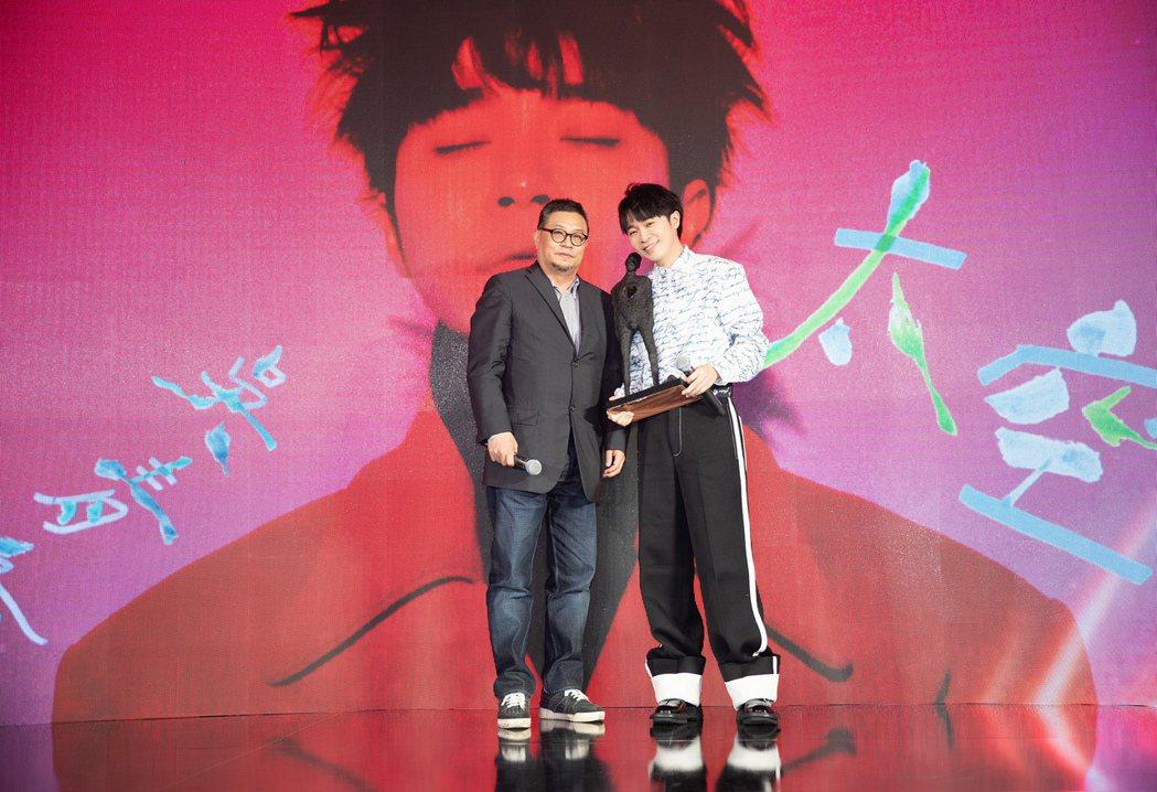 環球音樂大中華區總裁暨執行長張松輝(左)送給吳青峰「空心人」雕像祝賀。圖/環球提