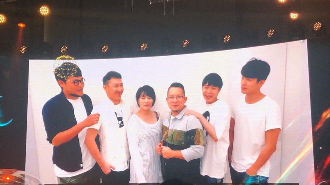 休團中的蘇打綠罕見合體獻上祝福,祝福吳青峰(右二)發片大賣。記者林士傑/攝影