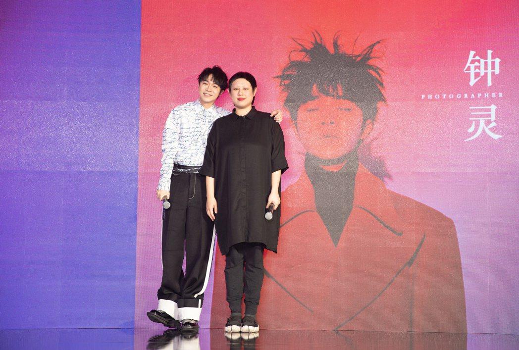 攝影師鍾靈(右)的感性發言讓吳青峰忍不住掉淚。圖/環球提供